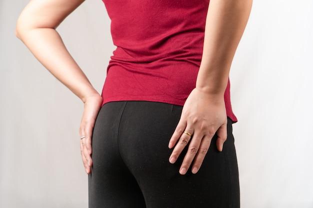 Боли в бедре, женщины страдают от офисного синдрома. здравоохранение и медицинская концепция