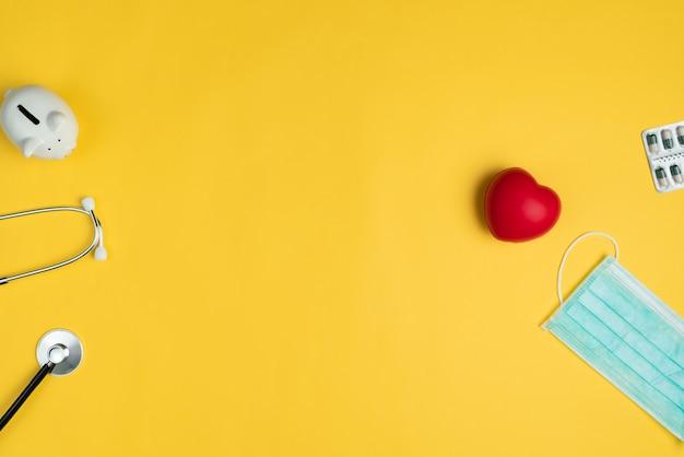 世界保健デーのコンセプト赤いハート、聴診器、マスク、薬と医療医療保険