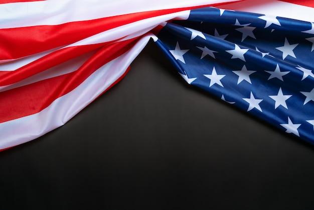 アメリカの記念日と独立記念日の概念、黒い背景にアメリカ合衆国の国旗