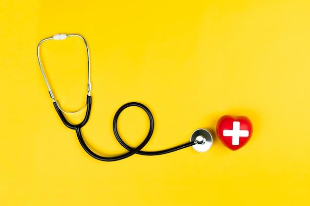 世界赤十字日コンセプト赤いハートと聴診器のヘルスケア医療保険