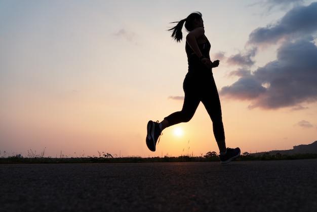 日没で走っているフィットネス女性