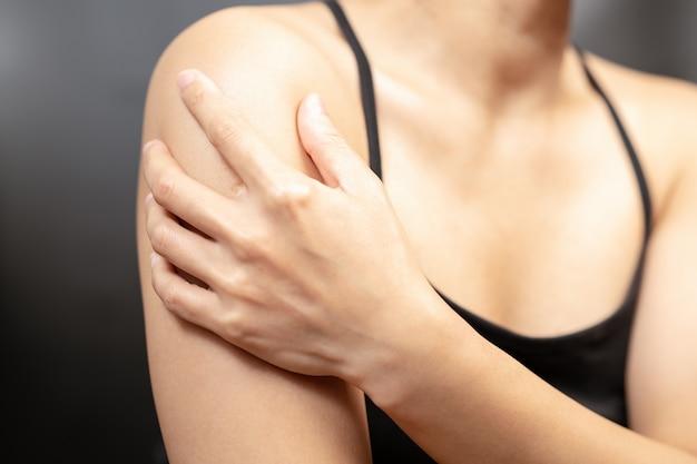 若い女性の腕と肩の痛みの傷害医療と医療の概念
