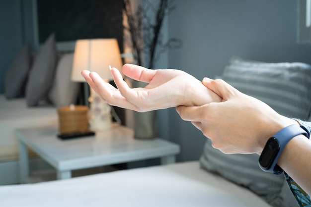 女性の手首の腕の痛み。オフィスシンドローム医療と薬のコンセプト