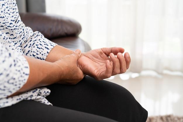 手の手の痛み、健康問題の概念から苦しんでいる老婆