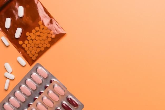 オレンジ色の背景に健康と医療のコンセプト薬