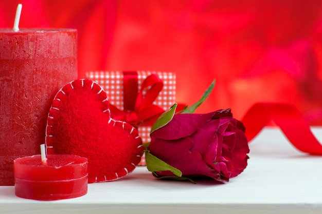 心、バラ、ギフト用の箱とバレンタインデー赤背景。