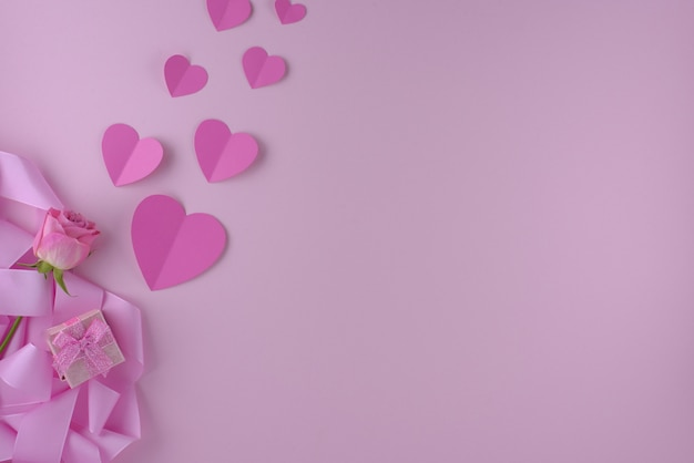 ピンクのバラとハート、バレンタインデーの背景とギフトボックス