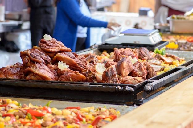 伝統的なハンガリー豚の屠殺場の料理、豚肉のナックル