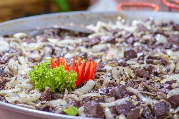 伝統的なハンガリー豚屠殺場料理、玉ねぎ揚げ豚の血