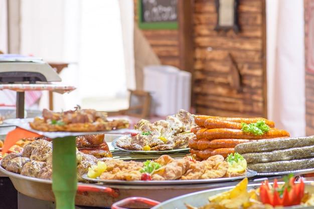 伝統的なハンガリー豚屠殺場の料理