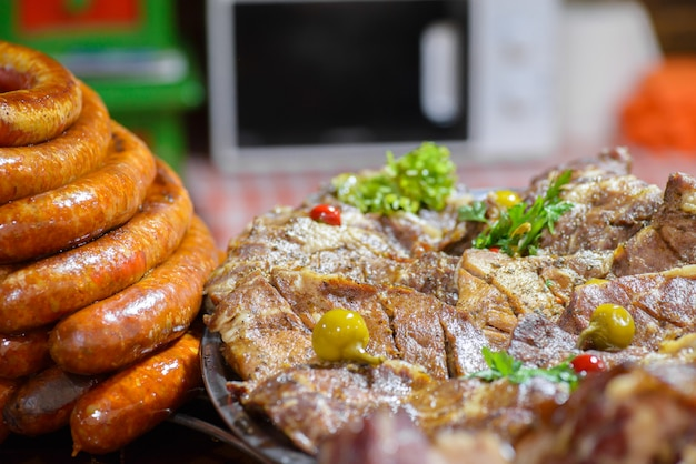 伝統的なハンガリー豚の屠殺場料理、焼きソーセージ、ローストポーク