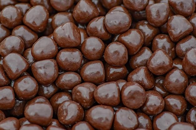 Темно-коричневая шоколадная текстура драже, крупный план
