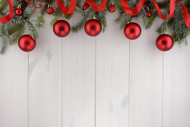 クリスマスの装飾、白い木製のテーブルの赤いボール。平面図、コピースペース。