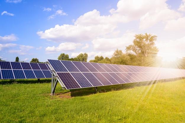 Солнечные панели установлены на земле