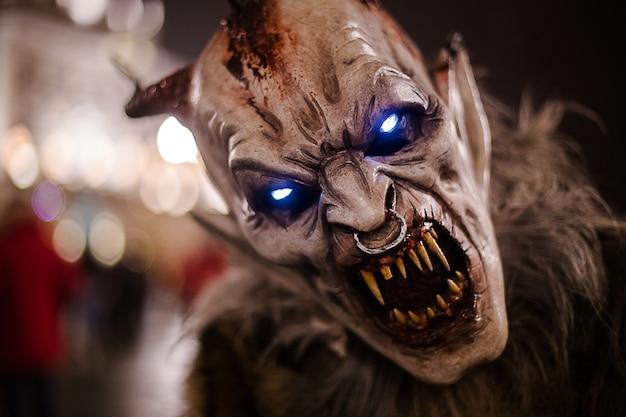 悪魔のマスクと呼ばれる