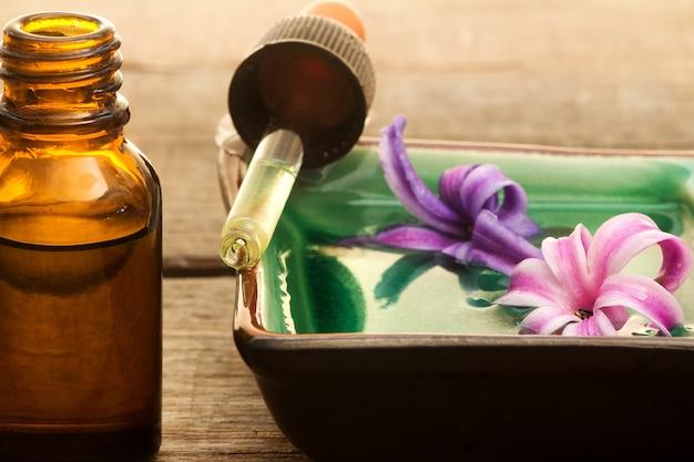 ヒマラヤのエッセンシャルオイルとドロッパーと小瓶