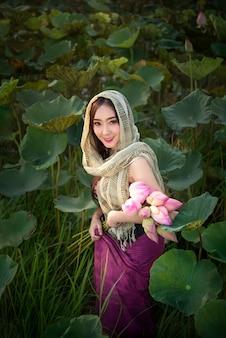 睡蓮を収穫する女性