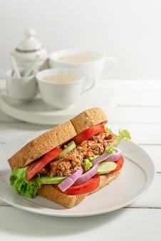 魚と新鮮な野菜の皿のサンドイッチ