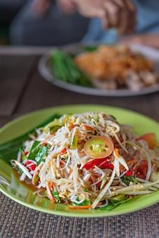 Острый салат из папайи с рисовой вермишелью