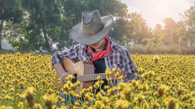 Азиатский фермер с гитарой