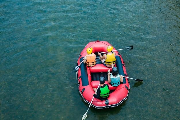 メー・テン川でのラフティングを楽しむ観光客のグループ。タイ。