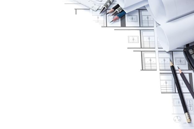 デスク上のエンジニアリング図面および建設計画ツール