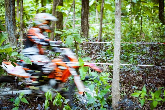 ジャングルでレースするマウンテンバイクの高速モーション