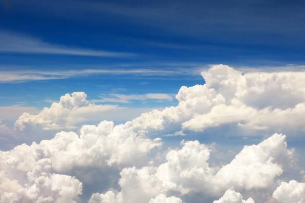 いくつかの白い雲と美しい明るい青空の背景
