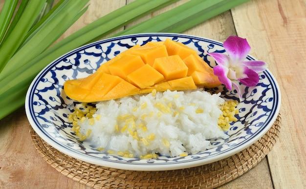 Тайский стиль тропический десерт, липкий рис есть с манго