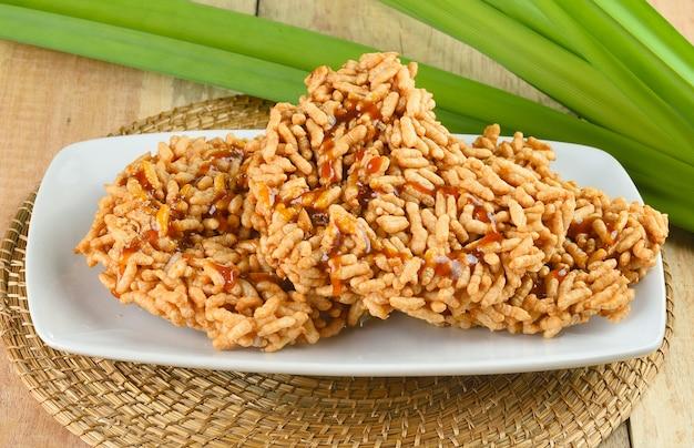 Рисовый крекер на деревянном фоне