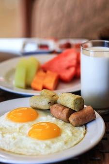 卵のミルクとフルーツの朝食時間