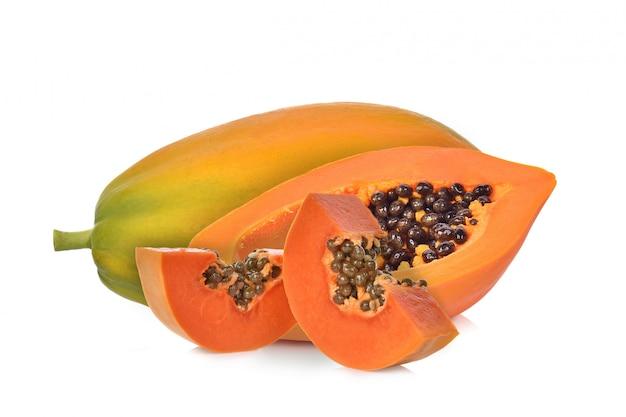 Спелая папайя, изолированные на белом фоне