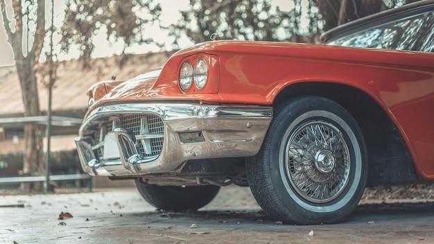 Старый оранжевый автомобиль