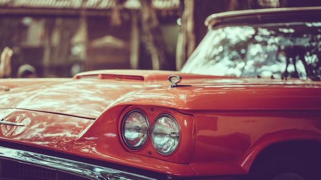 古いオレンジ色の車