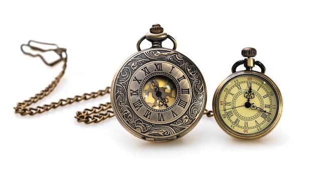 白い背景にヴィンテージ刻まれた金属時計