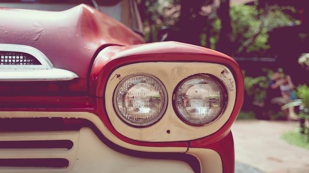 古い赤い車