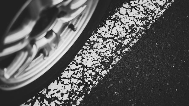 Белая линия на асфальтированной дороге
