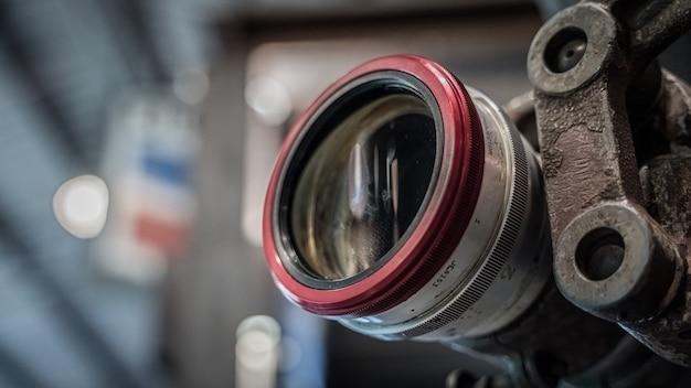 Старая ржавая камера со штативом