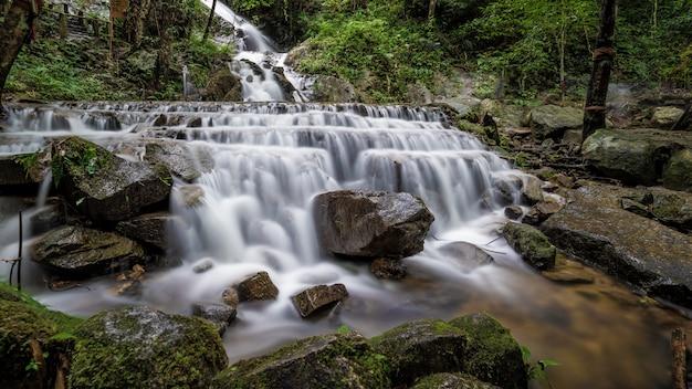 Экзотический природный скалистый водопад
