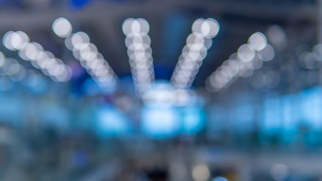 空港のぼやけた天井灯