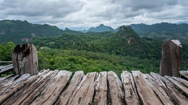 自然の風景と木製のバルコニーの視点