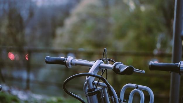 Велосипед с размытым естественным видом