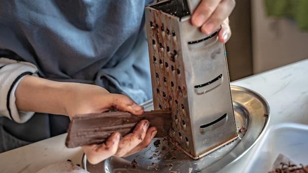 ダークチョコレートをステンレススチールグラーターでこする
