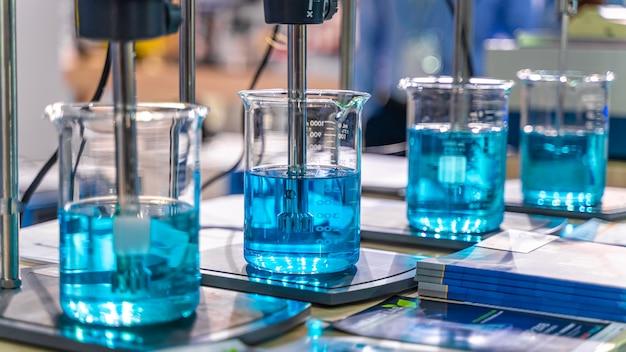 科学実験室でビーカーをテストする