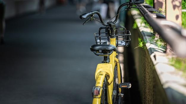 駐車場の黄色い自転車