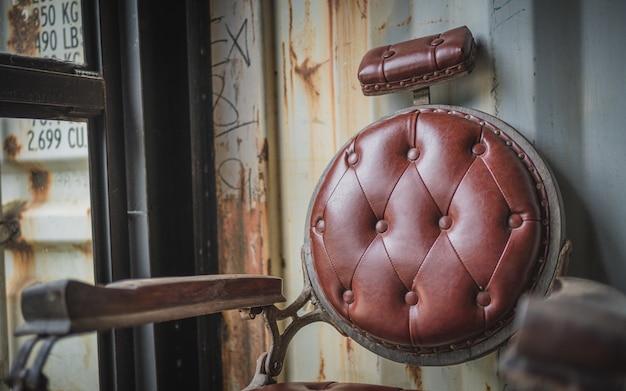 Старый стул для стрижки волос