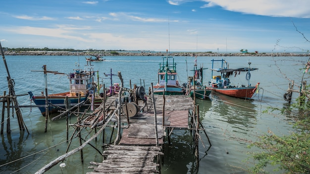 Рыбацкая лодка с деревянным пирсом