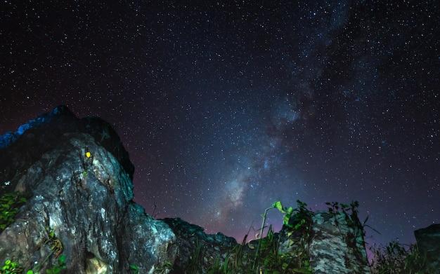 宇宙の背景を持つ石の崖