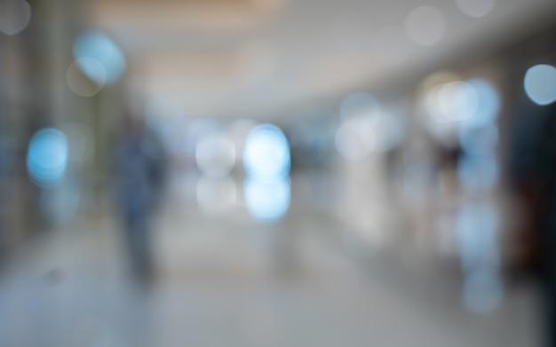空港ターミナルで乗客の背景をぼかした写真