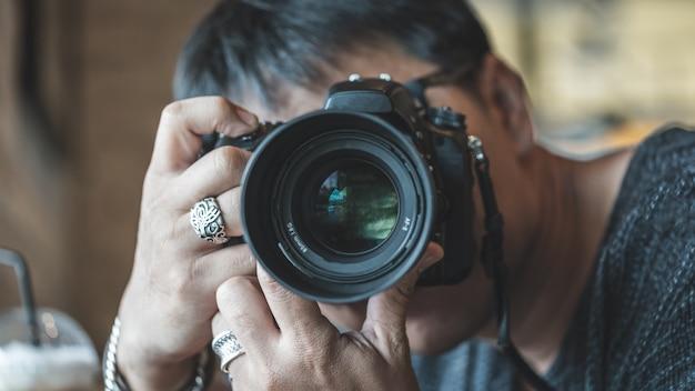 デジタルカメラを持つ写真家